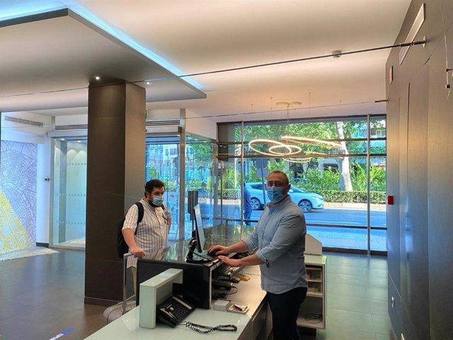 Una persona llega a un hotel de València