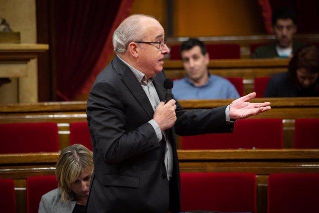 El conseller de Educación de la Generalitat, Josep Bargalló, interviene desde su escaño, durante una sesión plenaria en el Parlament de Cataluña, en Barcelona (Catalunya, España), a 12 de febrero de 2020.