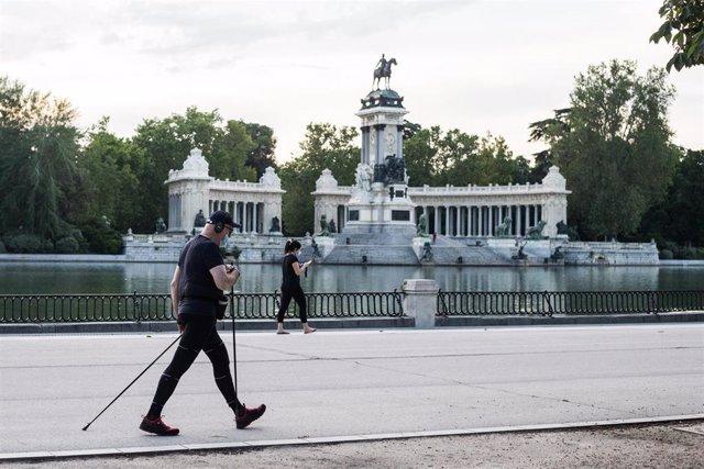 Varias personas hacen ejercicio junto al Estanque por la calle Nicaragua en el Parque del Retiro de Madrid frente al monumento a Alfonso XII, abierto en la fase 1 de la desescalada En Madrid (España), a 25 de mayo de 2020.