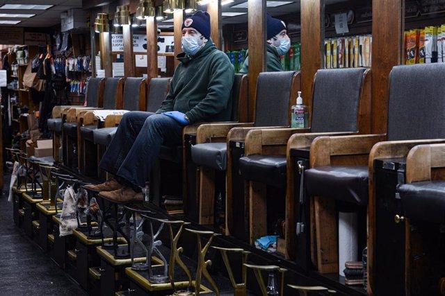 Un hombre sentado en una tienda vacía en Nueva York
