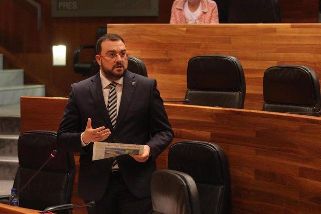 El presidente del Principado, Adrián Barbón, en el pleno de la Junta General.