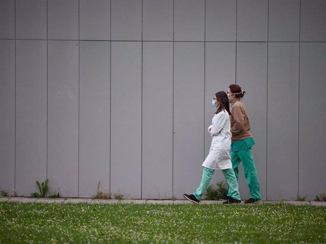 Varios sanitarios caminan por el Complejo Hospitalario de Navarra durante a Pandemia Covid-19  en Abril 28, 2020 en Pamplona, Navarra, España
