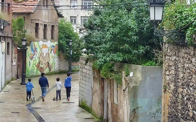 Varios niños por la calle en Avilés el primer día en el que se permiten paseos a los menores durante el estado de Alarma.
