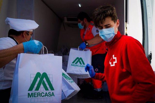 Reparto de alimento a familias vulnerables de Cádiz con la colaboración de Mercasa y Tragsa