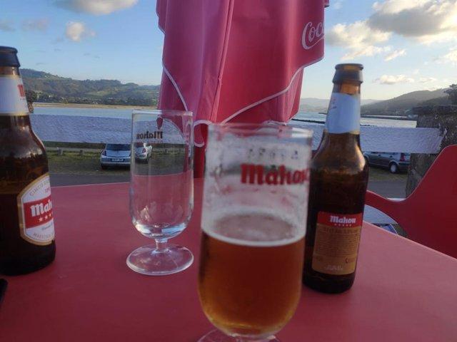 Consumo de cerveza en una terraza