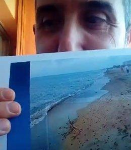 El investigador Jesús Bellido muestra una foto de una medusa.
