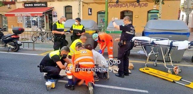 Asistencia a la mujer herida por atropello en Sevilla