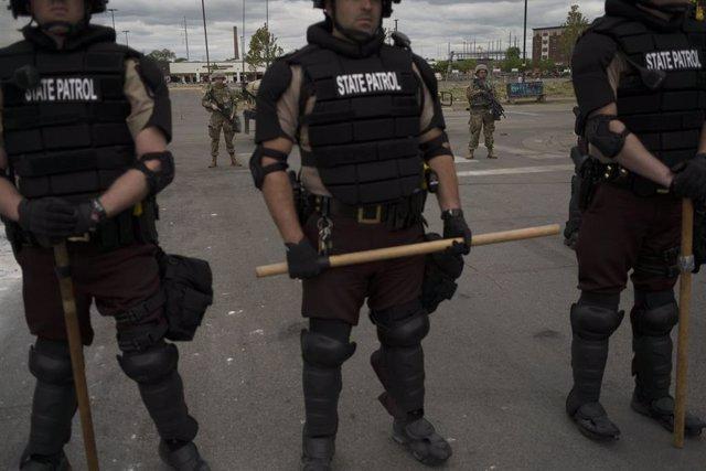Imagen de varios policías en las protestas originadas en Mineápolis tras la muerte de un hombre de raza negra.