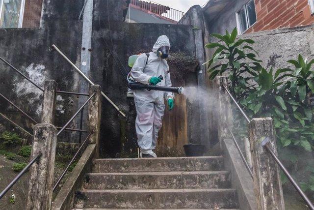 Trabajos de desinfección en una favela de Brasil durante la pandemia de coronavirus.