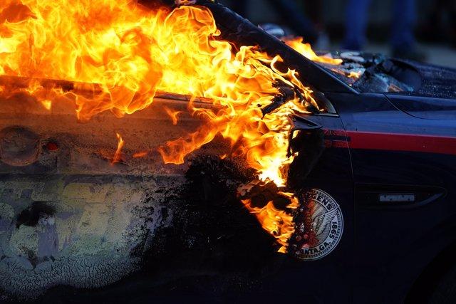 Un coche de policía ardiendo durante una protesta en Minneapolis por la muerte de George Floyd