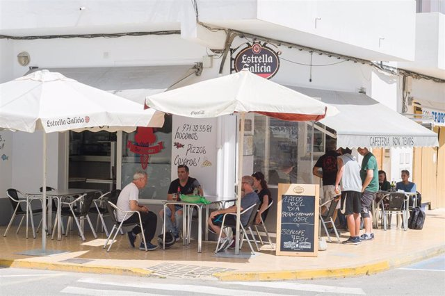 Clientes en la terraza de la cafetería Bon Temps. Formentera.