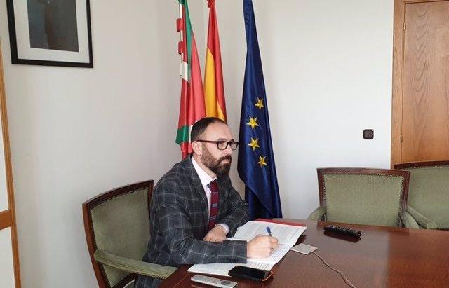 El delegado del Gobierno en el País Vasco, Denis Itxaso, en su despacho