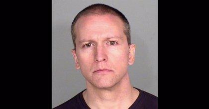 El policía imputado por el asesinato de George Floyd le aplastó el cuello con su rodilla durante casi nueve minutos