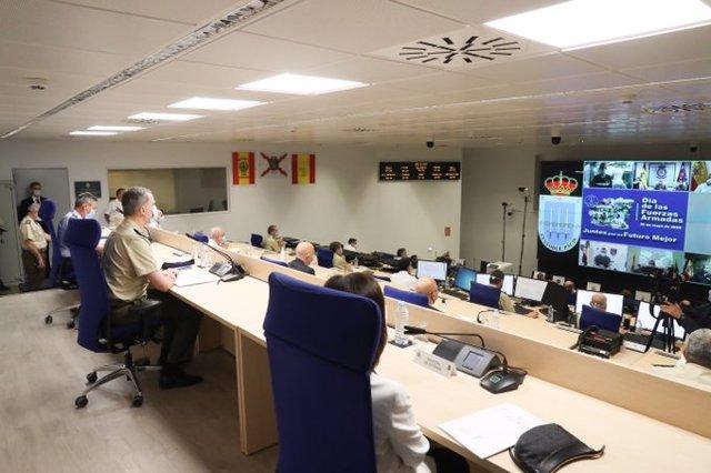 El Rey Felipe VI mantiene una videoconferencia con militares desde la base de Retamares, Madrid