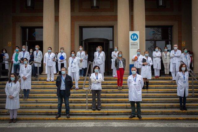 Concentración de profesionales sanitarios en el Hospital Vall d'Hebron de Barcelona en recuerdo del personal del sector que ha muerto a causa de la pandemia