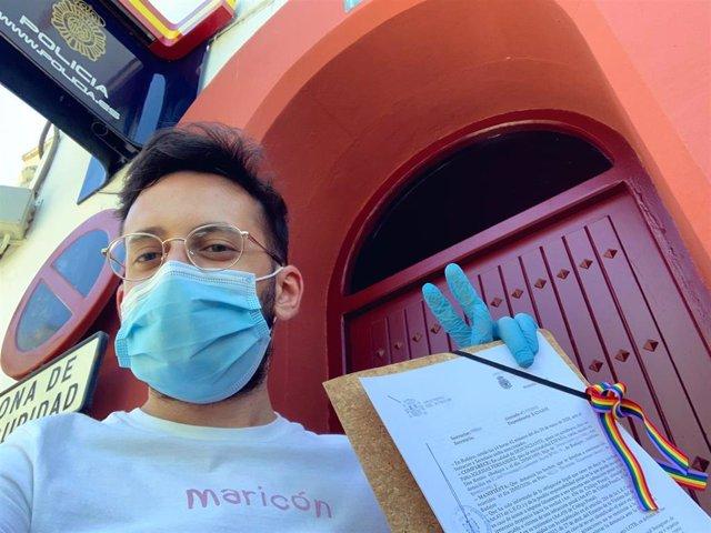 El activista LGTBI Pablo Iglesias Fernández con la denuncia en la comisaría.