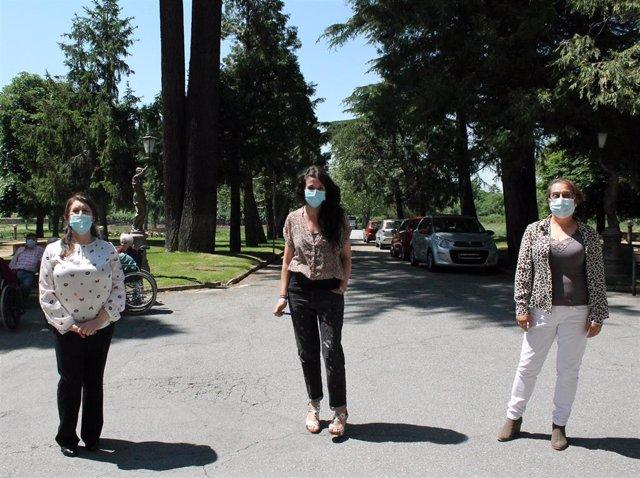 Angustias Fernández (i), Carmen Galán y Teresa Marinero en el Centro de Servicios Sociales La Fuencisla