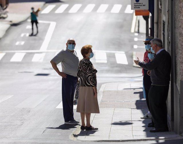 Varios vecinos protegidos con mascarilla hablan en una calle del pueblo madrileño de Algete durante el día 68 del estado de alarma decretado a consecuencia del coronavirus y todavía fase 0 en Madrid. En Algete (Madrid), a 21 de mayo de 20202.