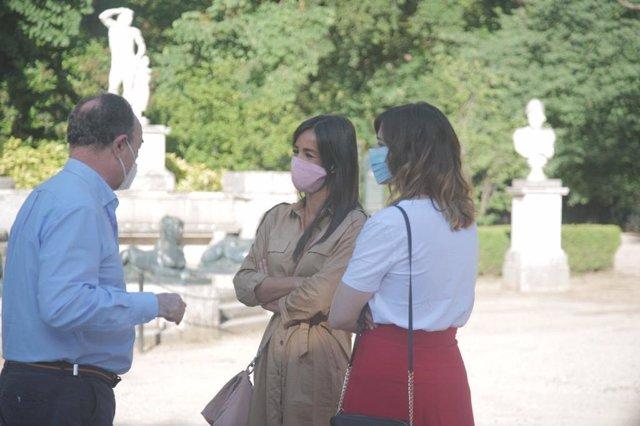 La vicealcaldesa de Madrid, Begoña Villacís, y la concejala delegada de Deportes, Sofía Miranda, durante una visita al parque de El Capricho.