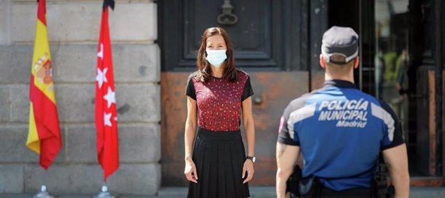 La consejera de Presidencia de la Comunidad de Madrid, Eugenia Carballedo, durante un minuto de silencio por las víctimas del Covid-19 en la Puerta del Sol.