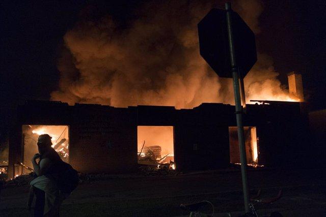 EEUU.- Minesota moviliza a la Guardia Nacional para contener los disturbios en u