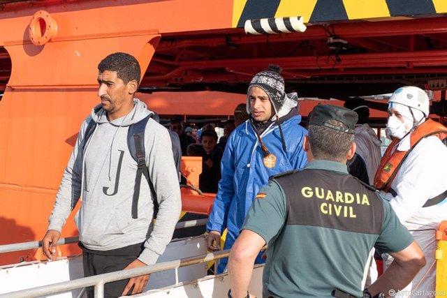 Imagen de archivo de llegada de inmigrantes al puerto de Cartagena tras ser rescatados de pateras