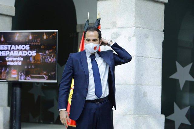 """El portavoz del Gobierno regional, Ignacio Aguado, presenta """"Garantía.Madrid"""", el sello que ha creado la Comunidad de Madrid para certificar y fomentar las buenas prácticas de las empresas de la región. En Madrid (España), a 29 de mayo de 2020."""