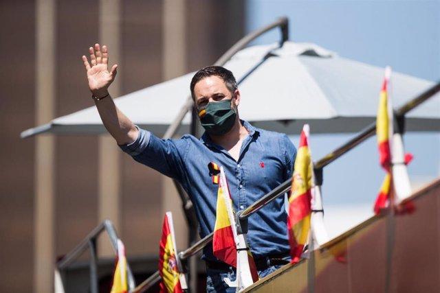 El presidente de Vox, Santiago Abascal, montado en un autobús durante la congregación de coches y motos, con pancartas y banderas de España, por las calles de la capital en la manifestación de Vox para pedir la dimisión del Gobierno de Pedro Sánchez por s