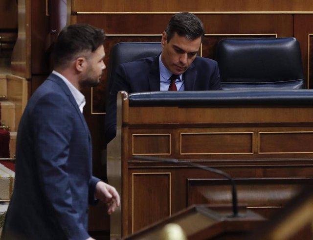 El portavoz de ERC en el Congreso, Gabriel Rufián, pasa junto al presidente del Gobierno, Pedro Sánchez, durante el debate de la quinta prórroga del estado de alarma