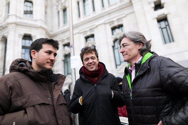 La portavoz orgánica del grupo municipal de Más Madrid, Marta Higueras (1d), junto al diputado de Más País, Íñigo Errejón (c), y el portavoz de Más Madrid en la Asamblea, Pablo Gómez Perpinyà.