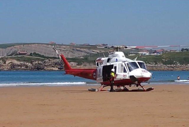 Helicóptero 112 en la playa de La Concha en Suances