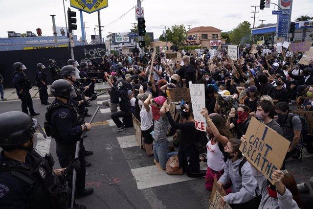 EEUU.- La Policía intenta disipar las concentraciones en Mineápolis con gas lacr