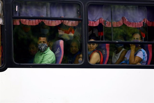 28 May 2020, Venezuela, Valencia: People wearing face masks sit in a bus, amid the spread of the Coronavirus pandemic. Photo: Juan Carlos Hernandez/ZUMA Wire/dpa