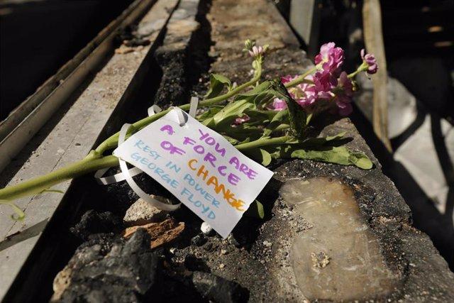 Un recuerdo por George Floyd, muerto el lunes durante una detención policial
