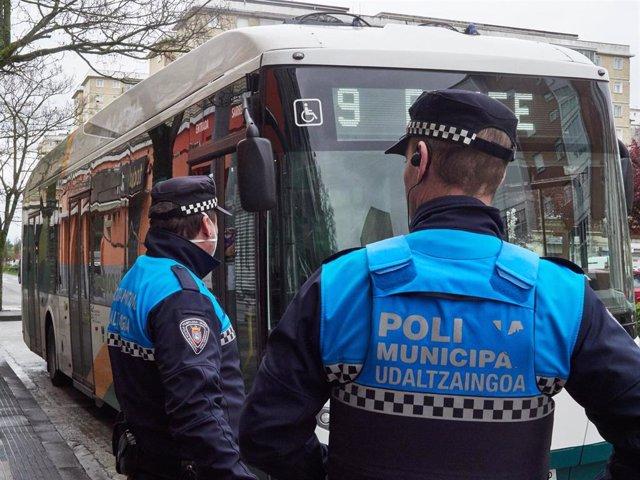 Policia Municipal de Pamplona realiza controles durante la tercera semana de cuarentena y confinamiento total decretado en España como consecuencia del coronavirus, en Pamplona (España), a 1 de abril de 2020.