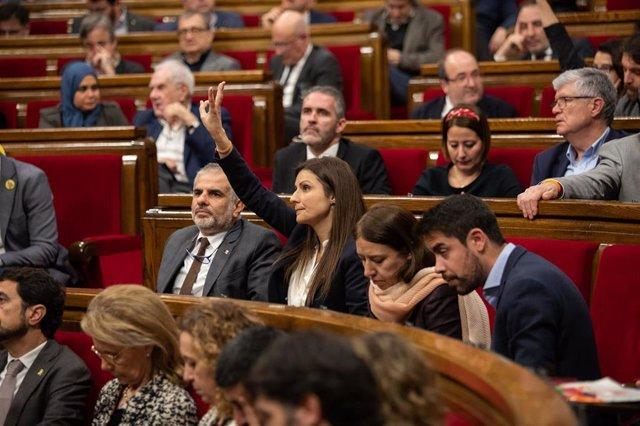 Los diputados de Ciudadanos Carlos Carrizosa (1i); y la portavoz, Lorena Roldán (2i), durante una votación en un Pleno del Parlament de Catalunya.