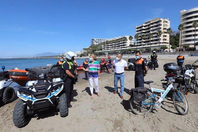 La alcaldesa de Marbella, Ángeles Muñoz,  presenta el dispositivo para las playas del municipio