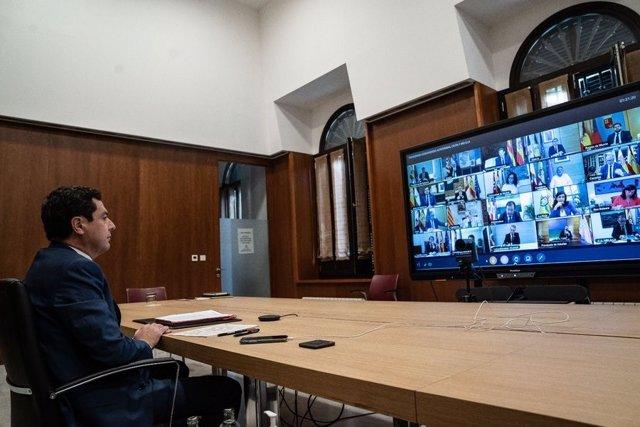 El presidente de la Junta de Andalucía, Juan Manuel Moreno Bonilla, se reúne con el presidente del Gobierno, Pedro Sánchez, en el marco de la videoconferencia del jefe del Ejecutivo con los presidentes autonómicos, a 31 de mayo de 2020.