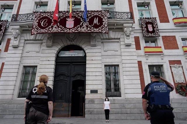 Minuto de silencio de la presidenta regional, Isabel Díaz-Ayuso, por las víctimas del Covid-19