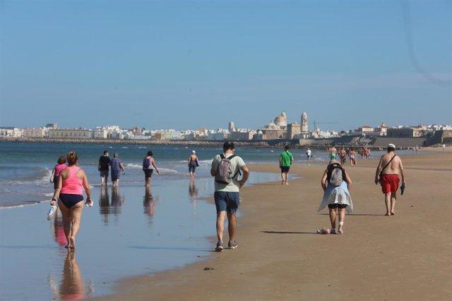 La playa de la Victoria en Cádiz , con bañistas en el primer día de la fase II . Cádiz a 25 de mayo del  2020