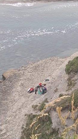 Rescate pescador caído en las piscinas de Langre