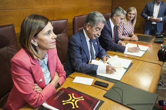 Revilla y Zuloaga firman el pacto PRC-PSOE