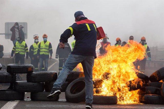 Participantes en la manifestación del comité de empresa de Alcoa neumáticos para su quema, en Ribadeo (Lugo/Galicia) a 31 de mayo de 2020.