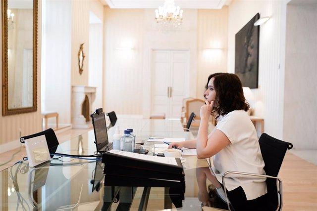 La presidenta de la Comunidad de Madrid, Isabel Díaz Ayuso, se reúne con el presidente del Gobierno, Pedro Sánchez, en el marco de la reunión por videoconferencia del jefe del Ejecutivo con los presidentes autonómicos