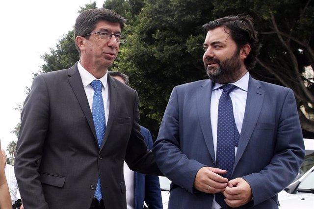 El director general de Administración Local de la Junta, Joaquín López-Sidro, con el vicepresidente, Juan Marín