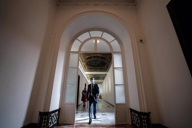 El presidente de la Junta de Andalucía, Juanma Moreno, en los pasillos del Palacio de San Telmo tras participar en la duodécima videoconferencia de Pedro Sánchez con los presidentes autonómicos por la crisis del coronavirus Covid-19