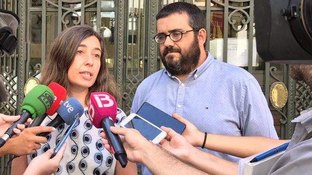 La responsable de las relaciones políticas de MÉS per Mallorca, Neus Truyol, y el senador autonómico de la formación Vicenç Vidal.