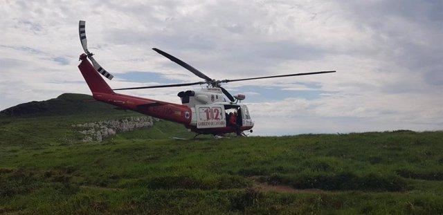 Helicóptero 112 rescata a senderistas desorientados en los collados del Asón