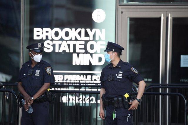Agentes de la Policía de Nueva York (NYPD) en Brooklyn durante las protestas por la mueret del afroamericano George Floyd en una operación policial en Mineápolis.