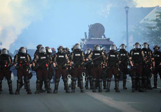 Policía antidisturbios y tanqueta en Mineápolis, Minesota, Estados Unidos, durante las protestas por la muerte de George Floyd